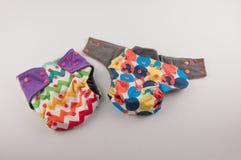 Les culottes infantiles lavables colorées hygiéniques s'étendent sur le fond blanc Photographie stock libre de droits