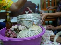 Les cultures saisonnières locales de la Thaïlande étant données aux aînés pour payer le respect pendant le festival de Song photographie stock