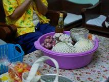 Les cultures saisonnières locales de la Thaïlande étant données aux aînés pour payer le respect pendant le festival de Song photographie stock libre de droits