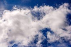 Les cumulus blancs luxuriants nagent à travers le ciel bleu image libre de droits