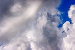 Les cumulus blancs luxuriants nagent à travers le ciel bleu images libres de droits