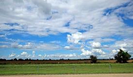 Les cumulus blancs magnifiques sont si étroits vous peuvent presque les toucher image libre de droits