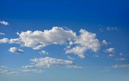 Les cumulus perfectionnent le blanc en ciel bleu photo libre de droits