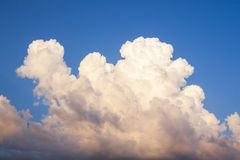 Les cumulus sont comme un chameau photographie stock