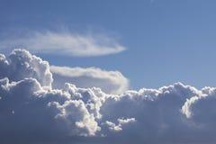 Les cumulus sur le fond de ciel bleu ont accentué avec le soleil image libre de droits