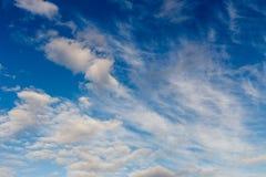 Les cumulus sur un ciel bleu photos stock