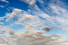 Les cumulus sur un ciel bleu photographie stock
