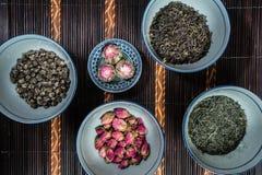 Les cuvettes chinoises ont rempli avec différents genres de thé photographie stock
