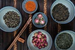 Les cuvettes chinoises ont rempli avec différents genres de thé images stock