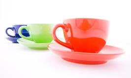 les cuvettes colorées de café ont isolé le blanc Photo libre de droits