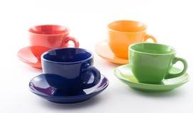 les cuvettes colorées de café ont isolé le blanc photo stock