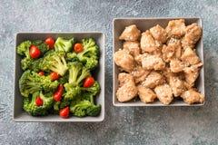 Les cuvettes de brocoli et de poulet font sauter à feu vif la vue supérieure photographie stock libre de droits