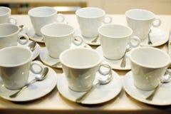 les cuvettes de café vident le blanc Image stock