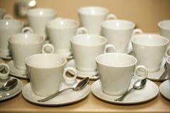 les cuvettes de café vident le blanc Images stock