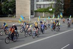 Les cyclistes avec des drapeaux de l'Ukraine prennent la route Photographie stock libre de droits