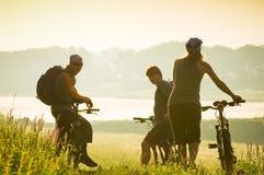 Les cyclistes détendent faire du vélo à l'extérieur Images stock