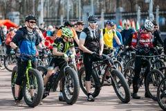 Les cyclistes de jeunes hommes dans les vêtements de sport pour faire un cycle sur de gros pneus fait du vélo Photo stock
