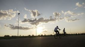 Les cyclistes frais extrêmes dans la formation faisant l'entre le ciel et la terre tourne et renverse des mouvements dangereux de banque de vidéos