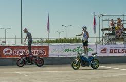Les cyclistes inconnus de cascade amusent l'assistance Photographie stock