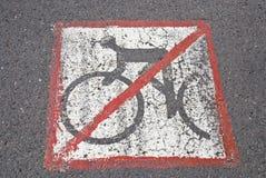 les cyclistes mettent ont la route t Photographie stock