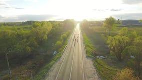 Les cyclistes montent dans le coucher du soleil banque de vidéos