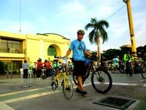 Les cyclistes se réunissent pour un tour d'amusement de vélo dans la ville de marikina, Philippines photographie stock libre de droits