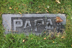 Les débris ont couvert Papa Marble Headstone dans le vieux cimetière Photographie stock libre de droits