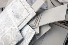 Les débris sont partis du plancher carrelé, nouveau pavage photographie stock libre de droits