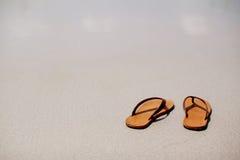 Les débuts d'été enlevons votre sandale puis allez à la mer, Photo stock