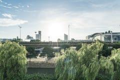 Les débuts de la matinée et le soleil du ` s de ville photo libre de droits