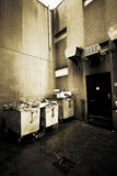 Les décharges d'ordures à l'extérieur desserrent images stock