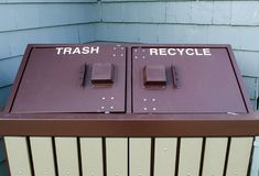 Les déchets contenants à double puits et réutilisent le récipient images libres de droits