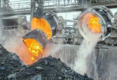 Les déchets de dumping métallurgiques dans la boue piquent Photographie stock