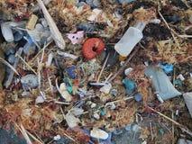 Les déchets de plastique lavés sur le rivage de l'Océan Atlantique en Espagne du nord se sont mélangés ainsi que les marchandises images stock