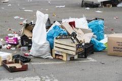 Les déchets demeurent sur la rue au site du marché en plein air dans la ville de Milan photos libres de droits