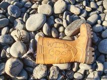 Les déchets en plastique et caoutchouteux ont lavé sur une plage pierreuse photos libres de droits