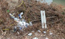 Les déchets en plastique en nature photo libre de droits