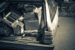 Les déchets inutiles ont porté dedans le tronc d'une vieille voiture photo libre de droits