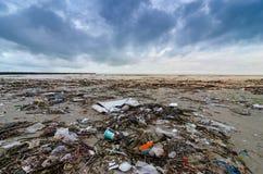 Les déchets la bouteille en plastique de mer de plage se trouvent sur la plage et polluent la mer et la vie des déchets renversés photo stock