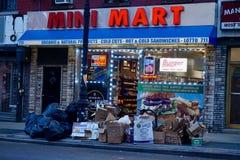 Les déchets ont empilé dehors sur le trottoir photographie stock libre de droits