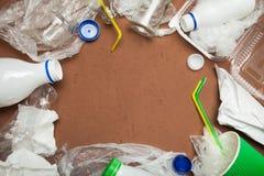 Les déchets, réutilisent sur le fond brun, vue supérieure, l'espace de copie photo libre de droits