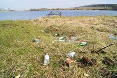 Les déchets se trouvent sur le rivage du lac photographie stock