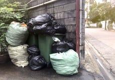 Les déchets sont des sorts de pile vident, les déchets de noir de beaucoup de déchets de sachets en plastique au village de la co photo stock