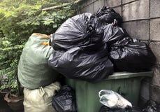 Les déchets sont des sorts de pile vident, les déchets de noir de beaucoup de déchets de sachets en plastique au village de la co photographie stock