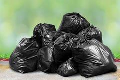 Les déchets sont des sorts de pile vident, des déchets de noir de beaucoup de déchets de sachets en plastique sur le soleil de na photos stock