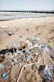 Les déchets sont partis sur une plage images stock