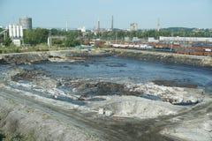 Les déchets toxiques d'ancienne décharge à Ostrava, lagune d'huile Nature d'effets d'eau contaminée et sol avec des produits chim photographie stock libre de droits