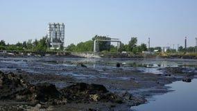 Les déchets toxiques d'ancienne décharge, nature d'effets de sol souillé et eau avec les produits chimiques et le pétrole, ambian banque de vidéos