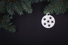 Les décorations de carte de Joyeux Noël dans la coupe de papier dénomment accrocher Image libre de droits
