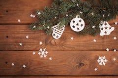 Les décorations de cartes de Joyeux Noël dans la coupe de papier dénomment accrocher photo stock